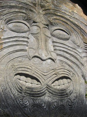 Ngatoroirangi, Depicted on Cliff-side Carving
